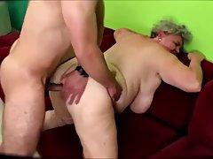 Грудастая блондинка бабушка случайный секс с молодым парнем и наслажда...
