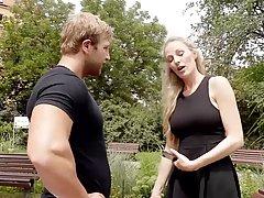 Маленькая немецкая блондиночка соблазняет роговой чувак и трахает ему