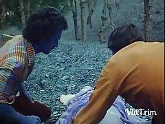 Красивая женщина в отключке в лесу, поэтому ее друзья решили трахнуть ...