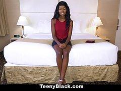 Красивые негр девушки есть огромная улыбка на ее лице при получении фа...