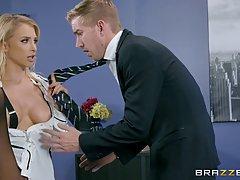 Красивая секретарша блондинка Аликс Рысь дает Минет в ее женатым боссо