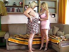 Тучная белокурая женщина играет с ее гигантскими сиськами, пока ее под