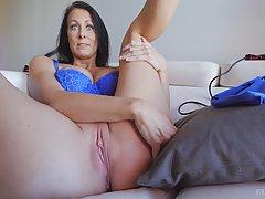 Рейган распространяется широко раздвигаете ей ноги и потирая свою брит...