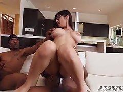 Babe большие задницы сексом с двумя черными парнями в ее гостиной