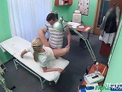Блондинка медсестра имеет очень специфический стиль работы и ее пациен...