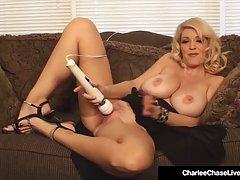Стильный блондинка женщина-звездочная Чейз использует вибратор во врем