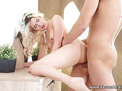 Удивительная блондинка красотка стонет, получая красивые, потому что о
