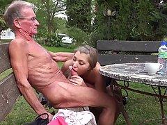 Пожилой мужчина охотно трахает супер горячая свежая блондинка, пока ее