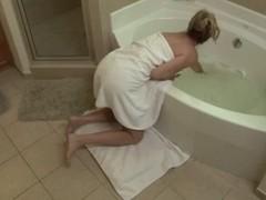 Возбужденный парень увидел отца новая жена в ванной и решил трахнуть е...