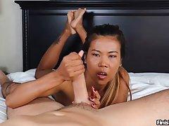 Азиатская девушка делает все, что можно придумать, чтобы сделать ее му...