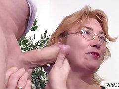 Пожилая женщина с красными волосами и в очках, имеющие Групповой секс