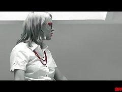 Блондинка в красных туфлях на высоком каблуке стоит на коленях перед с