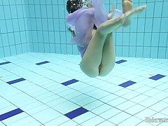 Анета позирует обнаженной в бассейне и получаю более взволнован, чем о...