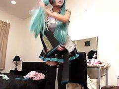 Японская телка с зелеными Kiritani Юриа волосы любит мастурбировать пе