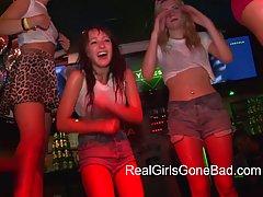 Эти студенческие любительские девушки готовы сделать дикий в клубе они