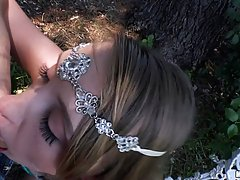 Милая девушка со светлыми волосами нежно сосать рок твердый член в лес