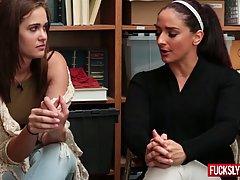 Две девушки попались на краже и в итоге просрал очень тщательно изучат