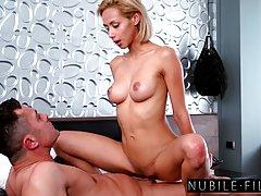 Сексуальная блондинка с малых сиськи подпрыгивая вверх и вниз, продолж...