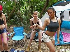 Три сумасшедшие лесбиянки имеют много веселья в то время как они наход