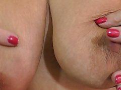 Толстая брюнетка с отвисшими сиськами в черных чулках во время мастурб
