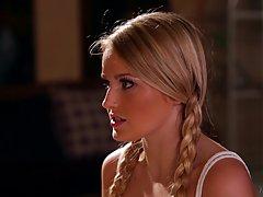 Блондинка подросток с косичками, кажется, очень близка с ее шаг мама н