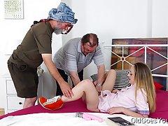 Маленькая девочка пихать ей огромный дилдо в пизду, пока два старика с...