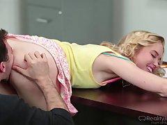 Занудная блондинка в желтой рубашке Хлои Кутюр получил свою дневную по