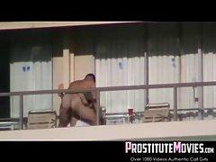 Голый парень получил Минет на балконе в течение дня, а потом выебал...