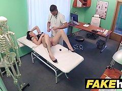 Русская брюнетка секс с ее врачом, потому что она влюблена в него