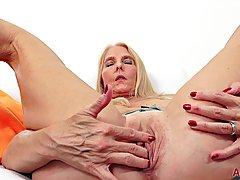 Зрелая женщина блондинка черри ли знает, как держать себя cmpletely ус