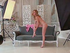Симпатичная блондинка сука Тереза Тамара позирует обнаженной, а возбуж...