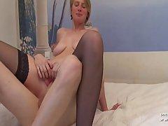 Зрелая блондинка с большой грудью надела черный чулок, а трахаются в ж