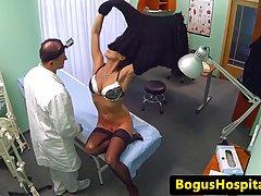 Темноволосая женщина в черных чулках трахают в ее доктор офис в течени