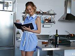 Оливия Престон медленно раздевается на кухне перед веб-камерой...
