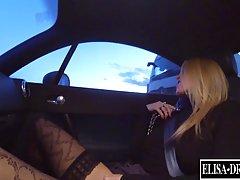 Рыжеволосая девушка в эротических чулках мастурбирует в своей машине в