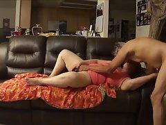 Непослушный бабушка получает выебанная жесткий на диване и кричать от ...