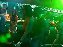 Роговой девушек и возбужденных парней трахают друг друга в ночном клуб