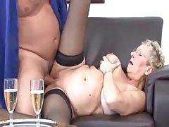 Зрелая блондинка с очки сосание и верхом ее сосед с членом в ее гостин...