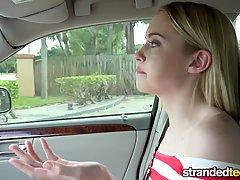 Блондинка озорной малыш становится ударилась в ее машину соседа в сере