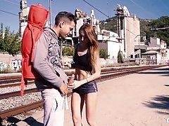 Подходят украинские цыпочка Кира Pravati любит заниматься сексом в общ...