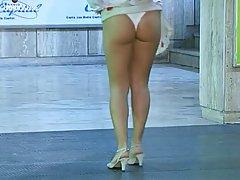 Полненькие женщины Дебора Кали был одет только в трусики в то время ка...