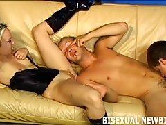 Бисексуальные парни были втроем с горячей блондинкой и сосать друг дру