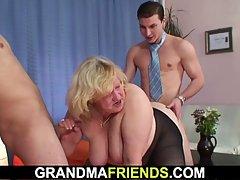 Кудрявый блондинка бабушка сосет хер и трахается со спины в то же врем